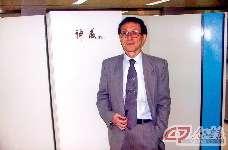 """2004年,金怡濂在上海超级计算中心""""神威""""计算机前。"""